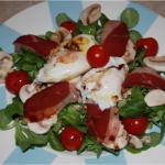Salade de mâche, magrets, oeuf poché, crudités